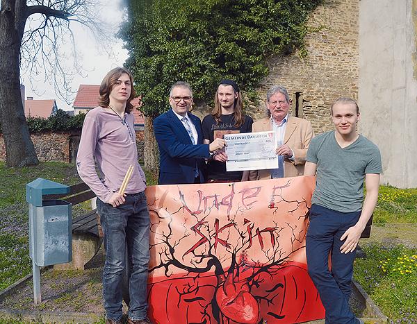 Bürgermeister übergibt Scheck an Band »Under Skin« aus Meitzendorf