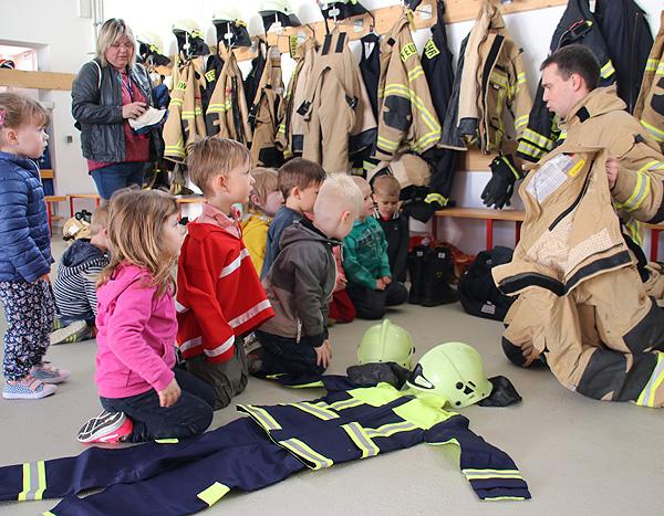 FFW-Meitzendorf - Birkenwichtel erlebten Brandtschutzerziehung im Feuerwehrhaus