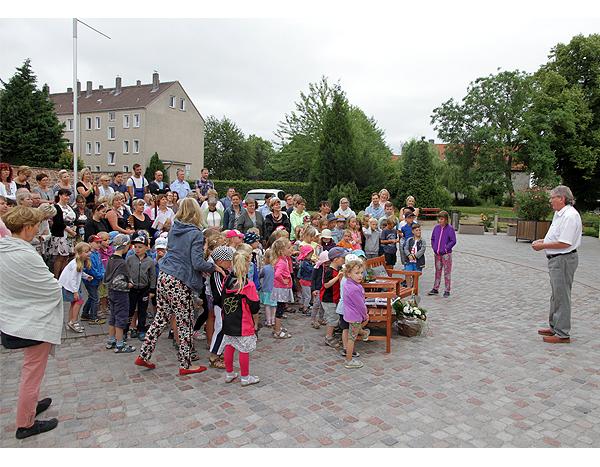 Kinder singen zum Abschied