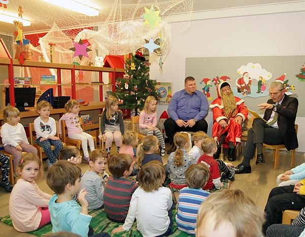 Minister liest im Kindergarten