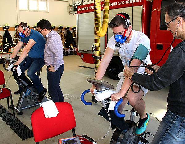 Feuerwehrkameraden absolvieren Fitnesstest